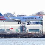 Et Boeing 737 Max 8-fly fra Miami til New York ses her lande i New York. American Airlines er et af de selskaber, der fortsat bruger flytypen. Shannon Stapleton/Reuters