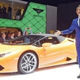 Tysk-italienske Stephan Winkelmann, der er chef for Bugatti, har specialiseret sig i den kategori af luksusbiler, der kaldes hyperbiler. Her præsenterer han en Lamborghini Huracán LP 610-4 Spyder på bilmessen i Frankfurt i 2015, da han var chef for den italienske bilproducent.