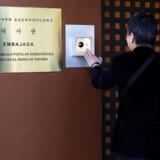 En besøgende bruger mere civiliserede metoder i et forsøg på at blive lukket ind i den nordkoreanske ambassade i Madrid, der i februar blev overfaldet ved en aktion, som spansk politi har sat i forbindelse med CIA.