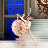 Ida Praetorius som Askepot og Alexander Bozinoff som prinsen i balscenen fra Gregory Deans nye eventyrballet.