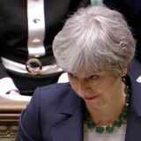 Sådan ser man ud, når man er britisk premierminister og har lyst til at sige noget stramt til en modstander i parlamentet - men har mistet stemmen. Theresa May døjer for tredje dag i træk med en svigtende stemme.