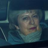Premierminister Theresa May i bil ved parlamentet efter endnu en tumultarisk dag i Brexit-debatten. Hun har stadig ikke fået stemmen igen og lyder så hæs som nogensinde.