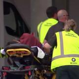 Redningsmandskab ankommer med en person på en båre til et hospital i Christchurch i New Zealand, hvor der meldes om et blodigt skyderi ved en moské. Reuters Tv/Reuters