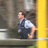Politiet er massivt til stede ved Masjid al_Noor moskéen i det centrale Christchurch, hvor en gerningsmand omkring klokken 13.40 lokal tid åbnede ild mod bedende muslimer under fredagsbønnen. Reuters Tv/Reuters