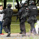 Bevæbnet politi holder tilskuere væk fra området ved al-Noor moskéen i Christchurch, efter at en mand trængte ind i moskéen og skød et stort antal mennesker under fredagsbønnen. Stringer/Reuters