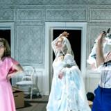 Stærkt spil på tværs af tiden: Helle Fagralid, Ida Cæcilie Rasmussen og Christine Albeck Børge i »Selvmordets anatomi« på Republique.
