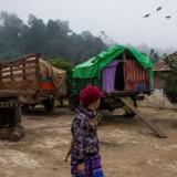 En kvinde går forbi et tidligere kloster, der nu er indrettet som shelter for internt fordrevne i Myanmar. Landets mangeårige konflikter har sendt mange mennesker på flugt.