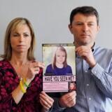 Kate og Gerry McCann holder et billede afa deres datter, som hun formentlig så ud 5 år efter hun forsvandt fra en hotellejlighed i Portugal. Sagen er aldrig opklaret og The London Metropolitan Police har stadig afsat fire betjente til at undersøge historien. Netflixs nyeste dokumentar får de næppe hjælp af.