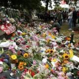 Et flor af blomster mindes ofrene for massedrabet i den newzealandske by Christchurch i sidste uge. Den newzealandske premierminister Jacinda Ardern har bedt om svar fra Facebook og andre sociale medier om, hvordan et angreb, der kostede 50 mennesker livet, kunne livestreames på deres platforme. Foto: David Moir, AFP/Ritzau Scanpix