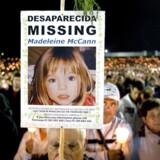 En pilgrim holder et billede af den forsvundne Madeleine McCann under et besøg ved kapellet i Fátima. Den treårige Madeleine McCann forsvandt fra en ferielejlighed i Portugal i 2007, og nu har Netflix lavet en dokumentarserie om sagen.