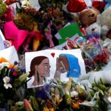 Blomster og kort er blevet lagt ved mindesmærket for de ofre, der blev dræbt ved terroangrebet mod to moskeer i Christchurch. 50 personer blev dræbt.