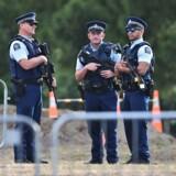 Fem dage efter terrorangrebet, hvor 50 muslimer blev dræbt, står bevæbnet politi kreds om de pårørende, mens begraver dem, de har mistet i Christchurch.
