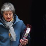 Theresa May er her foreviget på vej fra embedsboligen i Downing Street til Parlamentet, hvor hun offentliggjorde indholdet af sit brev til EUs rådsformand, Donald Tusk.
