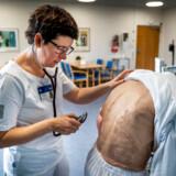 Allerede i næste uge kan der blive indgået en politisk aftale om en sundhedsreferom, som blandt andet skal flytte flere hundredtusinde behandlinger af kronisk syge og ældre medicinske patienter fra sygehusene ud i det »nære« sundhedsvæsen i kommunrne og hos de praktiserende læger.