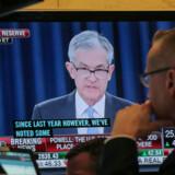 En børsmægler kigger med mens Jerome Powell holder pressemøde efter den overraskende renteudmelding. Foto: Reuters/Brendan McDermid