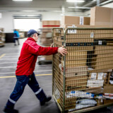Stakkels PostNord, der på trods af nogle af Verdens højeste portotakster, ekstremt mange fyringsrunder, nedlagte posthuse, postafhentning og -levering, undtagelsesvis, en gang om ugen osv, ikke er i stand til at generere overskud. Altså i Danmark, skriver Jan Hviid.
