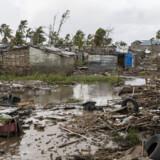 Oversvømmelser har ramt mange steder i Mozambique, også her i et område af Beira, der er landets fjerdestørste by. På dette stykke jord stod der huse, inden cyklonen smadrede ind mod byen for en uges tid siden. Wikus De Wet/Ritzau Scanpix