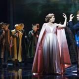 Forsøg på forførelse: Sine Bundgaard og Peter Lodahl i »Drot og marsk« på Operaen.