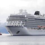 Cruiseskibet »Viking Sky« sejler mod havn i Molde. Søndag eftermiddag kunne krydstogtsskibet lægge til kaj efter et dramatisk døgn på havet.