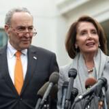 Nancy Pelosi og Chuck Schumer – de to topdemokrater i Kongressen – forlanger at få den særlige undersøgers fulde rapport ud til offentligheden. De har ikke tillid til justitsminister William Barrs fire siders referat af rapporten.