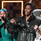 Michelle Obama er ikke bange for at stille sig frem i utraditionelle sammenhænge. Her er USAs tidligere præsidenthustru flankeret af Alicia Keys og Jennifer Lopez ved Grammy-prisuddelingen i februar.