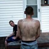Den omsiggribende misbrugskrise har sit epicenter i de gamle kulmineområder i West Virginia og Kentucky og har ramt den lavere hvide middelklasse hårdere end andre befolkningsgrupper. Det har udviklet sig til en socio-økonomisk katestrofe.