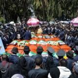 »Fly forulykker, vejr dræber, krig lemlæster og mennesker dør, på grund af terrorister eller andre forbryderiske tåber. Det er både trist og forfærdeligt. Men alt sammen er det krummer fra den yderste del af chokoladekanten,« skriver dagens kronikører. Her ses pårørende ved en begravelse efter flystyrtet i Etiopien.