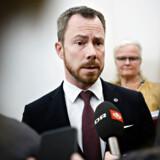 »Det er simpelthen ikke O.K.,« siger miljø- og fødevareminister Jakob Ellemann-Jensen (V) efter at have set en et minut lang video fra Socialdemokratiet.