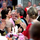 »Det kræver mod at turde satse. Men uden har vi tabt på forhånd. Jeg er lykkelig for, at du fejede benene væk under mig, og at vi vovede at falde for hinanden - ikke for en stund, men for livet«. Sådan sagde kronprinsesse Mary i sin tale til Kronprinsen ved hans 50-års fødselsdag, og Kongehuset lagde efterfølgende citatet og dette foto på Instagram. Her blev opslaget det tredjemest likede i al den tid, hvor de kongelige har været på sociale medier. 53.330 likes fik det. (Foto: Keld Navntoft/Ritzau Scanpix)