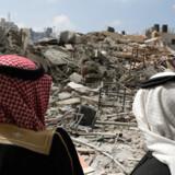 Palæstinensere beskuer resterne af et Hamas-tilholdssted i Gaza, der blerv bombet i mandags efter et rakaetangreb, der ramte et hus nord for Tel Aviv i Israel.