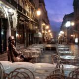»Meget passende kan gæsten, der slår sig ned ved bordet på cafeterrassen spørge sig selv, hvem det i grunden er, hun eller han sætter sig ved siden af. For bag navnet Pessoa gemmer sig en mangfoldighed af navne og forskellige identiteter,« skriver Berlingskes anmelder. Rua Garret i Lissabon.