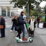 Et par passerer et lyskryds i Madrid på elløbehjul. 19 procent af Spaniens næsten 300 ulykker med det nye og balstyriske transportmiddel skete i fodgængerfelter, mens 24 pct. skyldtes sammenstød eller styrt på fortovet.