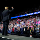 Donald Trump talte i nat foran sine støtter i Grand Rapids i den amerikanske stat Michigan.