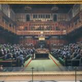 Maleriet »Devolved Parliament« af kunstneren Banksy, der ellers er kendt for sin grafitti, genudstilles på Bristol Museum i dag og frem til september.