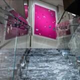 Sommerfugle og grå marmor er gennemgående temaer i den 800 kvadratmeter store suite.