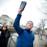 (ARKIV) Rasmus Paludan kaster her med Koranen på Christiansborg Slotsplads i København, fredag den 22. marts 2019.