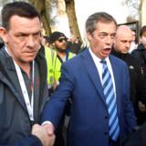 Briterne går nu per default mod et hårdt Brexit, og ikke alle er utilfredse med det. Uden for parlamemntet fredag demonstrerede omkring 10.000 mennesker, herunder højreaktivisten Nigel Farage (billedet), og de krævede et hårdt Brexit - og vendte sig skarpt mod Theresa Mays aftale.