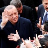Præsident Recep Tayyip Erdogan, der her forlader et valglokale efter at have stemt, risikerer at lide et tilbageslag ved søndagens lokalvalg. Hans parti AKP, som har islamistiske rødder, er gået frem ved hvert eneste valg i landet siden 2002. Kemal Aslan/Reuters
