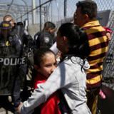 En gruppe af cubanere håber på at få asyl i USA og venter her på den internationale bro på grænsen mellem Mexico og USA i Ciudad Juárez lige syd for den amerikanske by El Paso i Texas.