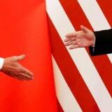 Handelsforhandlingerne mellem USA og Kina trækker ud, men forhandlingerne foregår i en god tone. Spørgsmålet er nu, om tegn på bedring i Kinas økonomi vil gøre myndighederne mindre interesserede i at acceptere amerikanske krav. Arkivfoto: Damir Sagolj/Ritzau Scanpix