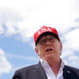 »Jeg er fortsat stærkt bekymret for, at Putin på en eller anden måde har en klemme på USAs præsident,« skriver Uffe Ellemann-Jensen.