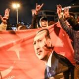 Tilhængere af AKP-partiet fejrer, hvad der i nat blev udråbt til en sejr for Erdogans parti. Nu er det pludselig mere usikkert, hvem der faktisk har vundet magten i landets største by, Istanbul.