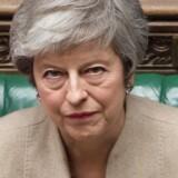 Tirsdag har Theresa May indkaldt den britiske regering til et fem timer langt møde på Downing Street. Her forventer flere britiske aviser, at hun vil true med nyvalg og lang forlængelse af Brexit, hvis ikke de retter ind og stemmer hendes skilsmisseaftale igennem i denne uge.