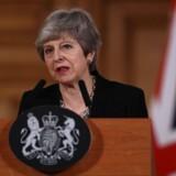 Theresa May, der tog mobiltelefonerne fra alle sine ministre gennem et næsten daglangt møde, forklarer efter mødet, hvad de blev enige om. Foto: Jack Taylor/Ritzau Scanpix