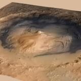 Et fotografi udsendt af NASA viser Gale-krateret med det 5,5 kilometer høje Mount Sharp i midten.