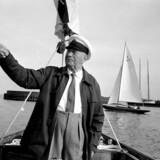 A. P. Møller stiftede Mærsk i 1904 sammen med sin far skibskaptajn Peter Mærsk Møller. Hans mod til at kaste sig over nye områder gjort rederiet til en gigant. Her er han fotograferet i 1960 ved roret i sin lystyacht under en fritidssejlads på Øresund.