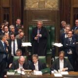 Billedet fra det britiske parlament i onsdags med speakeren John Bercow i midten og medlemmerne af regeringen og oppositionen ved siderne. Foto: MARK DUFFY