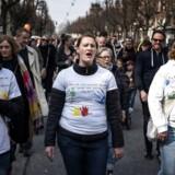36-årige Kamilla Buch (i midten), privat børnepasser og selv mor til otte, gik lørdag i demonstration fra Frederiksberg til Bertel Thorvaldsens Plads i en landsdækkende forældredemonstration for bedre normeringer i børnehaver og vuggestuer.