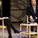 »Jeg har aldrig selv forbundet høje hæle med seriøsitet. Det handler om noget helt andet,« siger Nynne Bjerre Christensen til Berlingske efter en heftig debat på Facebook om kvindelige studieværters påklædning. Her er hun på scenen i Den Sorte Diamant sammen med daværende generalsekretær for FN, Ban Ki-moon, ved et debatmøde med danske studerende i 2013. Arkivfoto: Nils Meilvang/Scanpix