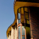 Det organisk svungne boligbyggeri, Bispebjerg Bakke, i Københavns nordvestkvarter er et forsøg på at nyfortolke det gedigne etagebyggeri, området rummer adskillige eksempler på.